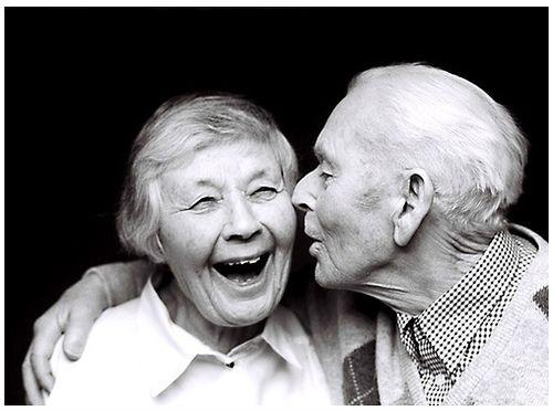 abuelos besándose