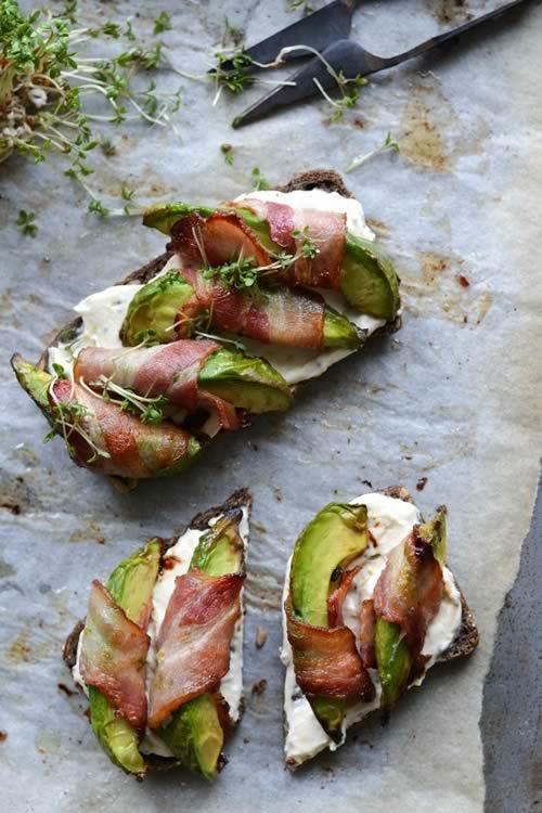 Tostada con aguacate y bacon crujiente