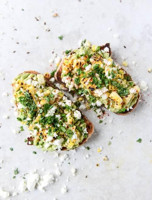 Tostada con aguacate, mantequilla, maíz asado