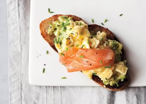 Tostada con aguacate, huevos y salmón ahumado