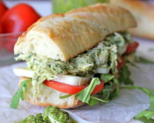 Ideas bocadillos: Bocadillo de pollo con pesto, tomate, queso y rúcula