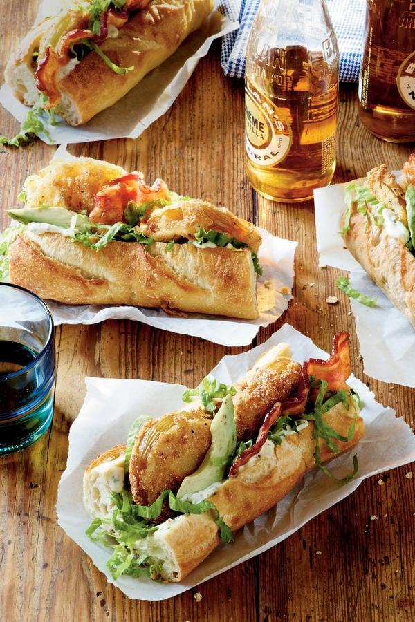 Ideas bocadillos: Bocadillo tomates verdes fritos, bacon, salsa tártara, lechuga y aguacate