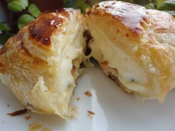 Hojaldre relleno de queso camembert y manzana