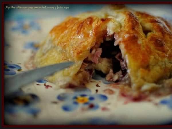 Hojaldre relleno queso, frutos rojos y camembert