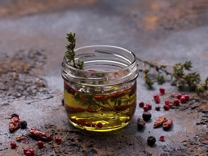 Hacer aceite aromatizado en el microondas