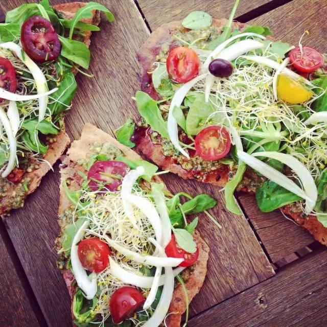 Pizza vegetariana de pesto y verduras
