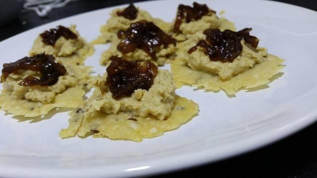 Canapés de Navidad: parmesano y hummus