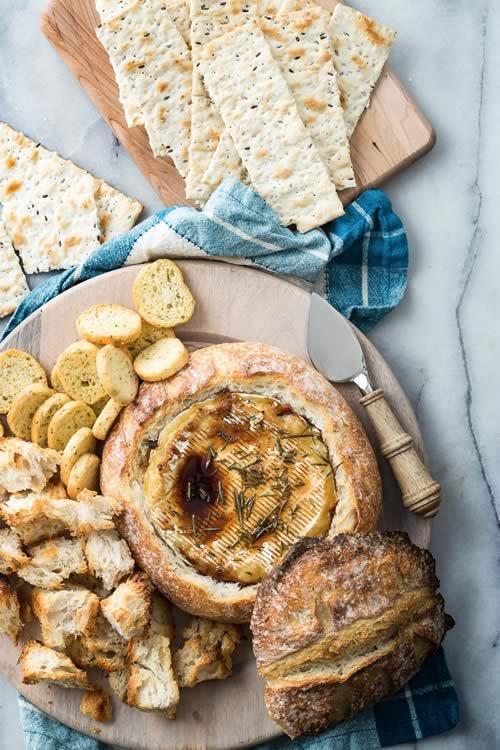 Queso brie al horno con pan