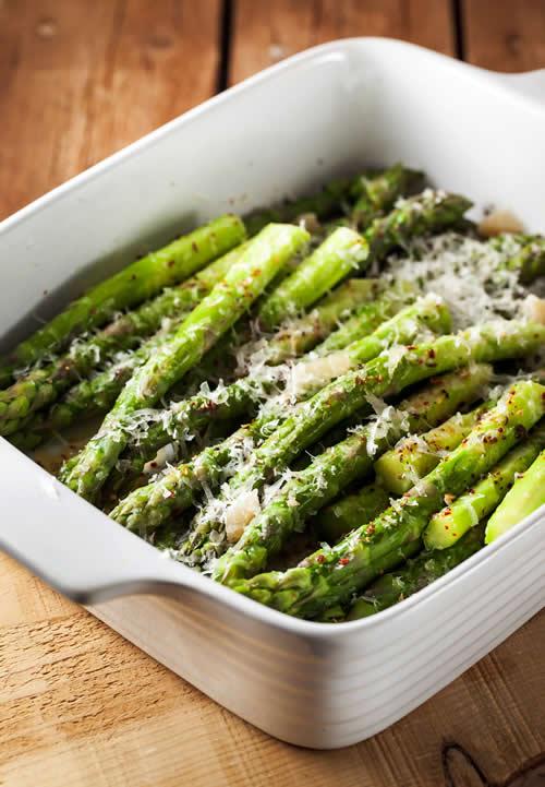 Verduras para Navidad: espárragos al horno con ajo y queso parmesano
