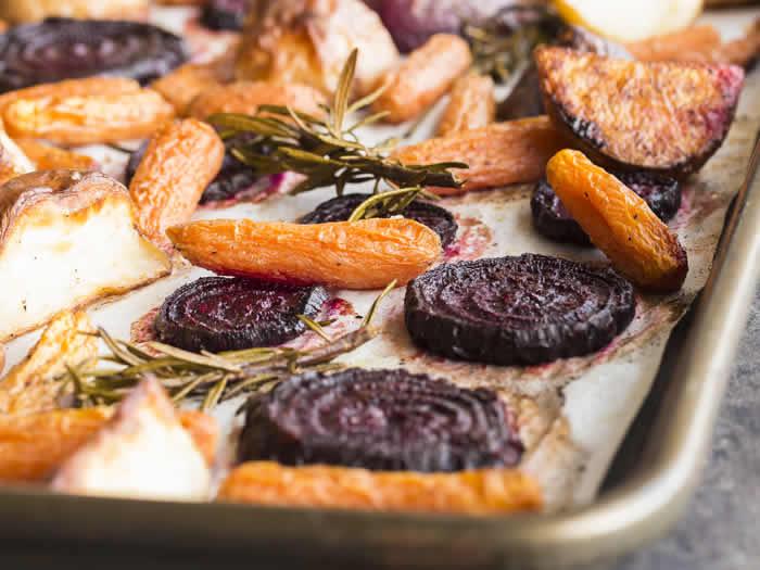 Verduras para Navidad, remolachas y zanahorias asadas con tomillo