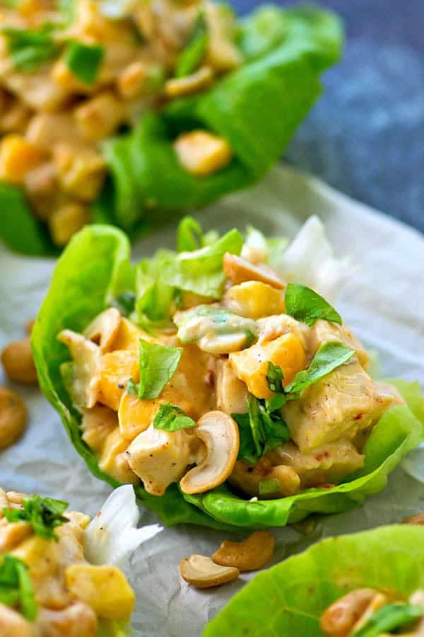 Wrap de lechuga, pollo y salsa chipotle con mango y anacardos