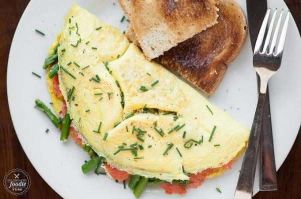 Tortilla rellena con espárragos y salmón ahumado