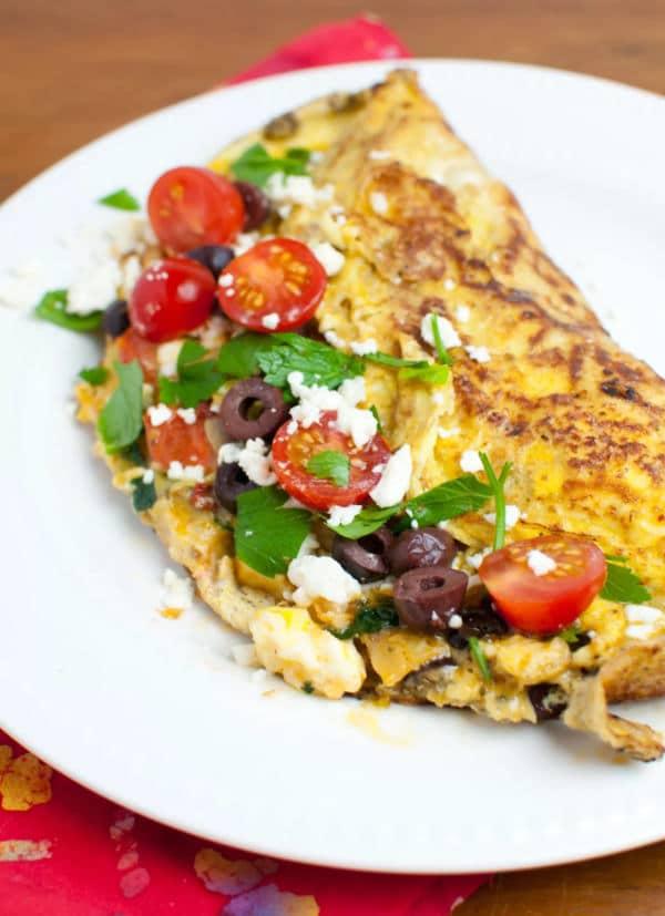 Tortilla rellena estilo griego, aceitunas, queso feta, tomates