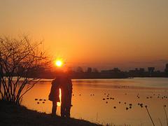 pareja mirando puesta de sol