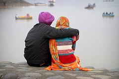 pareja mirando el mar