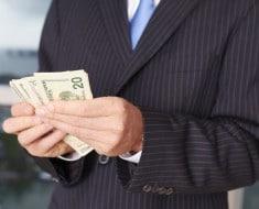 Debería un CEO cobrar menos