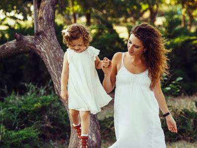 Las hijas cuyas madres trabajan fuera de casa tienen más éxito laboral y sus hijos son más atentos