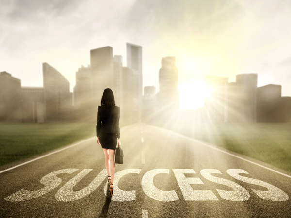 Mujer emprendedora camina hacia el éxito