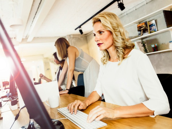 Mujer emprendedora en oficina