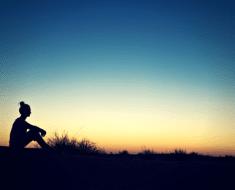 amanecer-mujer-pensativa