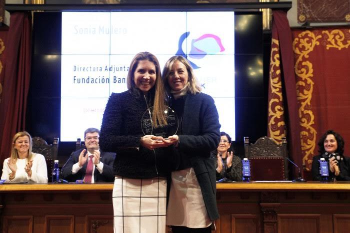 Nuria Oliver recibiendo el Premio Ada Byron a la Mujer Tecnóloga 2016
