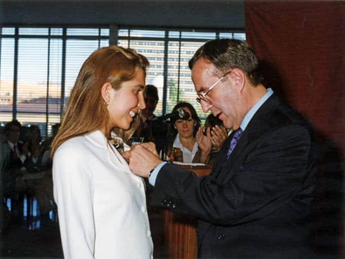 Nuria Oliver recibiendo la insignia de Primera de su Promoción en la ETSIT
