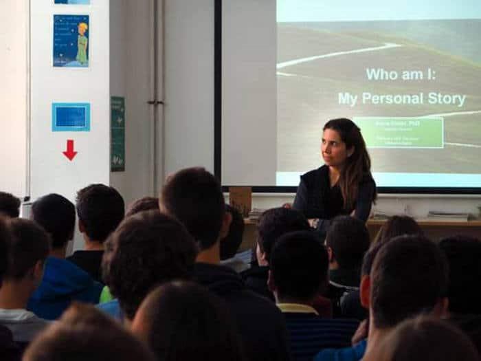 Nuria Oliver dando charlas a adolescentes con motivo de la Semana de la Ciencia en Cataluña
