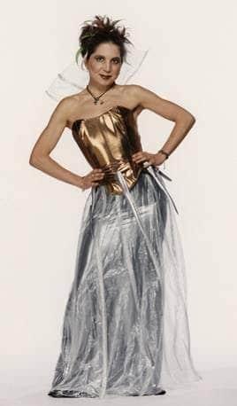 Nuria Oliver con un modelo de ropa inteligente diseñado como parte del Primer Desfile de Moda Inteligente del Mundo (MIT, 1997)
