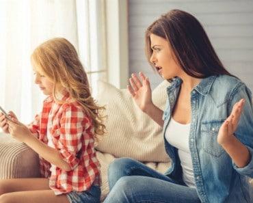 Denuncia a su madre por quitarle el móvil