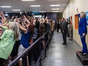 La foto de Hillary Clinton en la que le dan la espalda