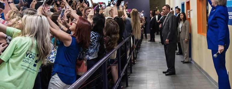 Foto de la multitud dando la espalda a Hillary Clinton