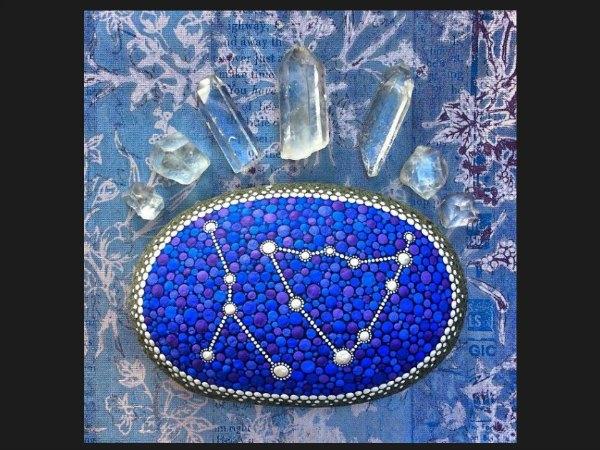 mandala en tonos de azul y cristales de roca