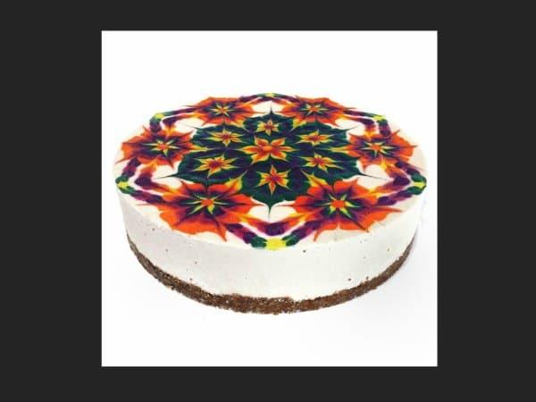 mandala pintado sobre un pastel