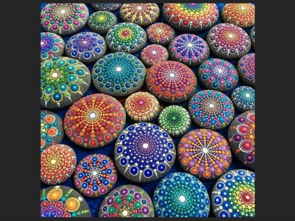 mosaico de mandalos pintados en piedras