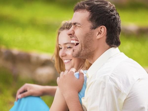 pareja-riendo