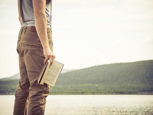 hombre-leyendo-naturaleza