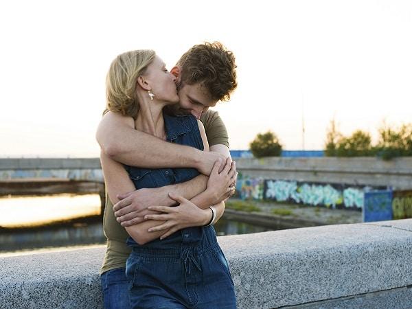pareja-abrazo-espalda