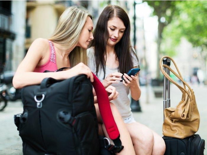 Dos chicas Géminis viajando