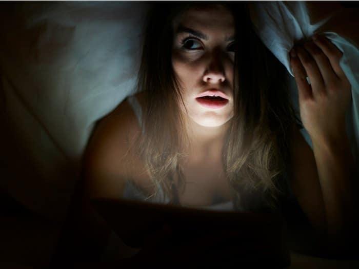 Mujer bajo las sábanas