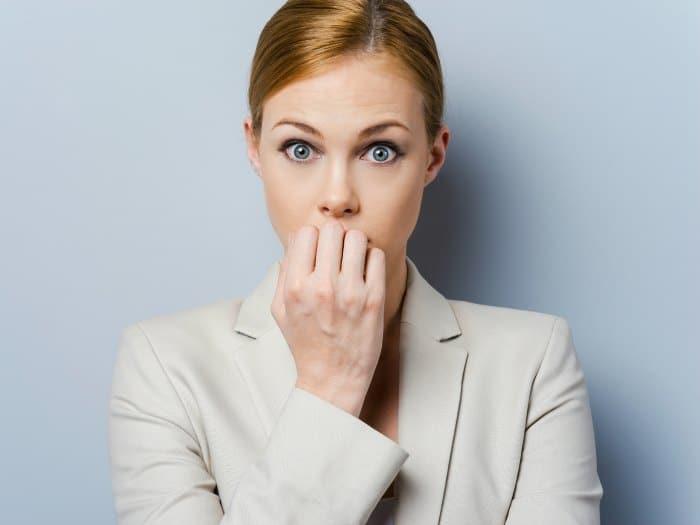 Mujer expectante y pensando
