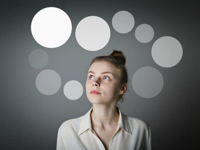 Mujer pensando y analizando