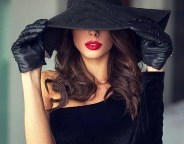 Mujer coqueta con sombrero y guantes