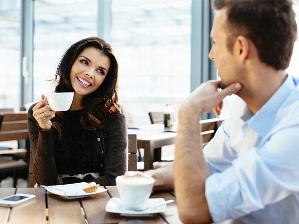 Pareja tomando café y dialogando