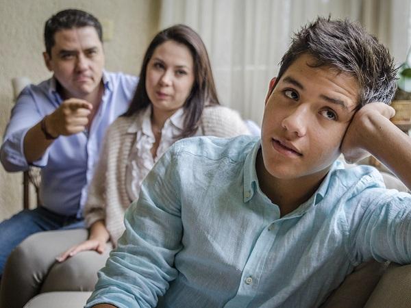Padres estrictos con la educación