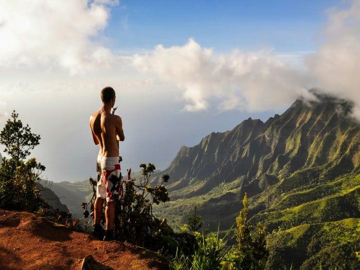 Hawai hombre meditando en las montañas