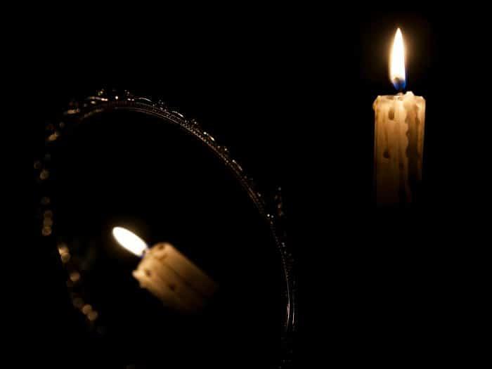 Ritual de protección de Magia Negra con espejo y vela negra