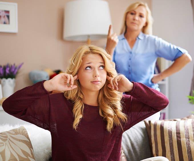 Madre diciendo frase típica a su hija