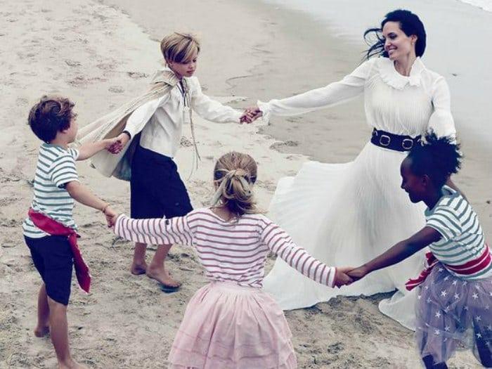 Angelina Jolie jugando con sus hijos