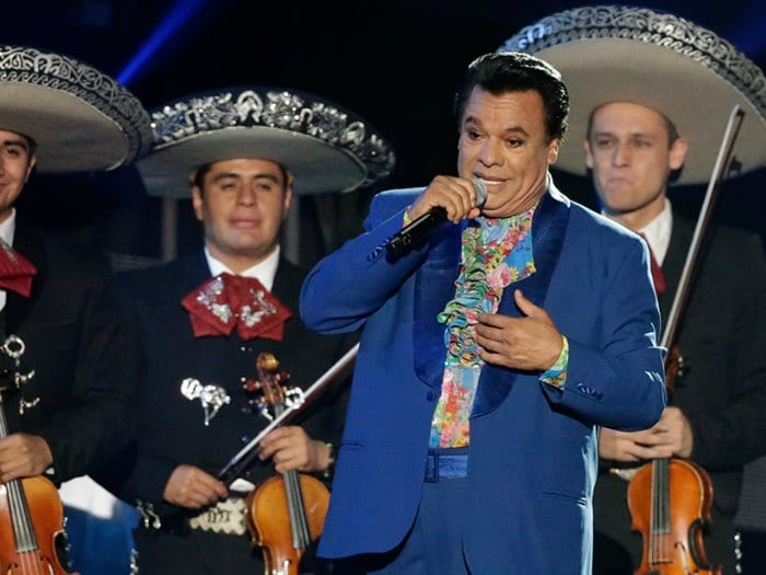 Juan Gabriel con sus mariachis