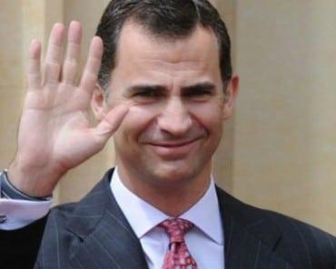 El rey Don Felipe VI saludando